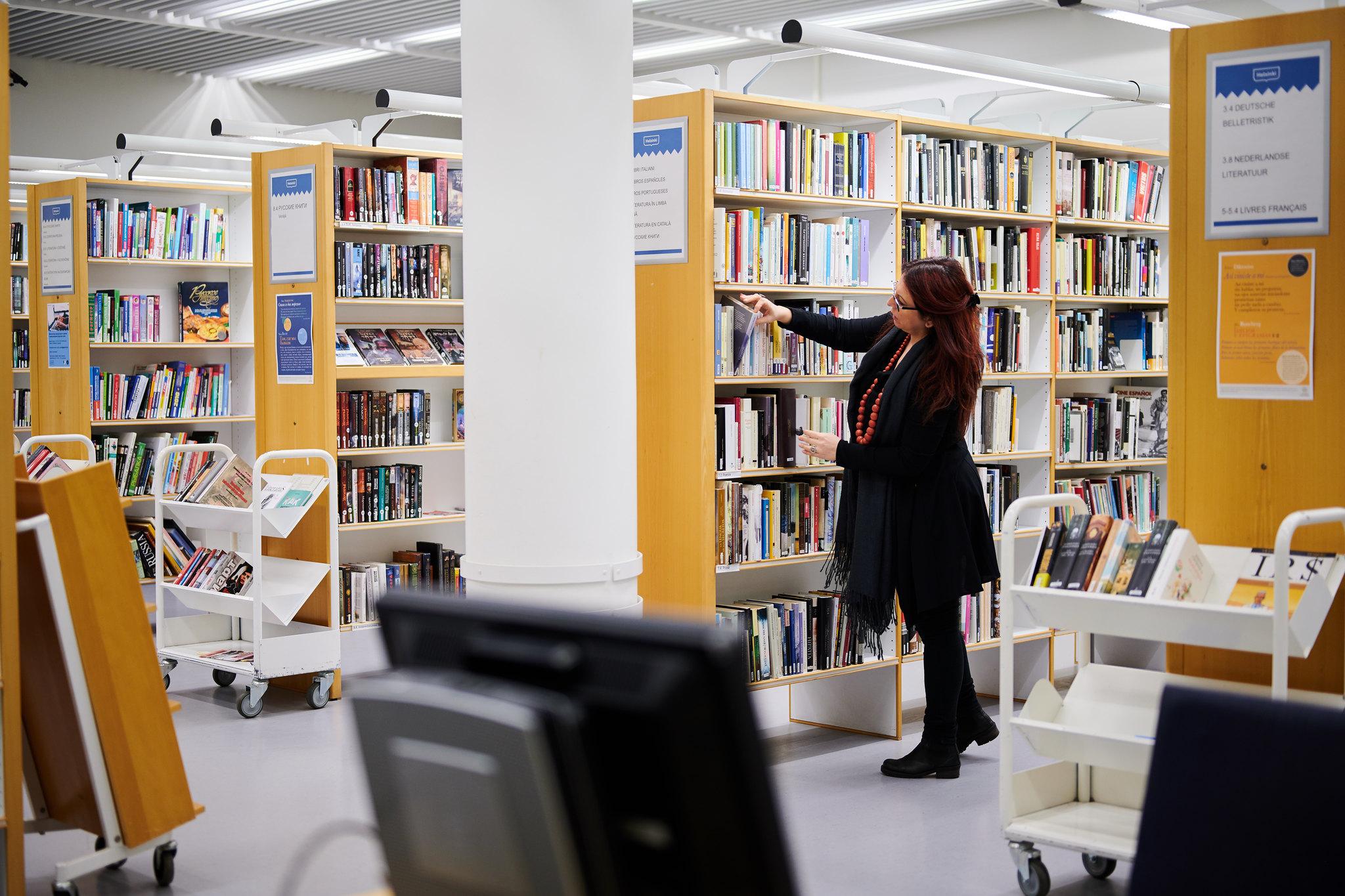 Henkilö kirjastossa